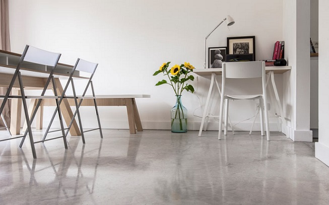 lekkie-krzesla-betonowa-podloga